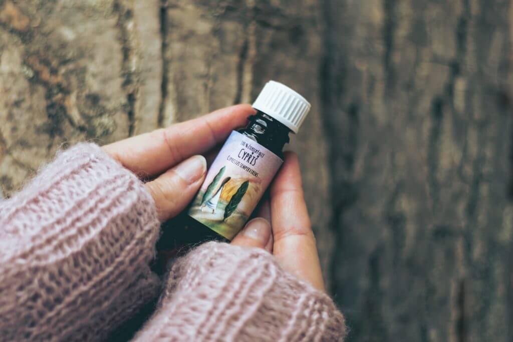 éterický olej cypřiš aromaterapie menstruační potíže premenstruační problémy křečové žíly